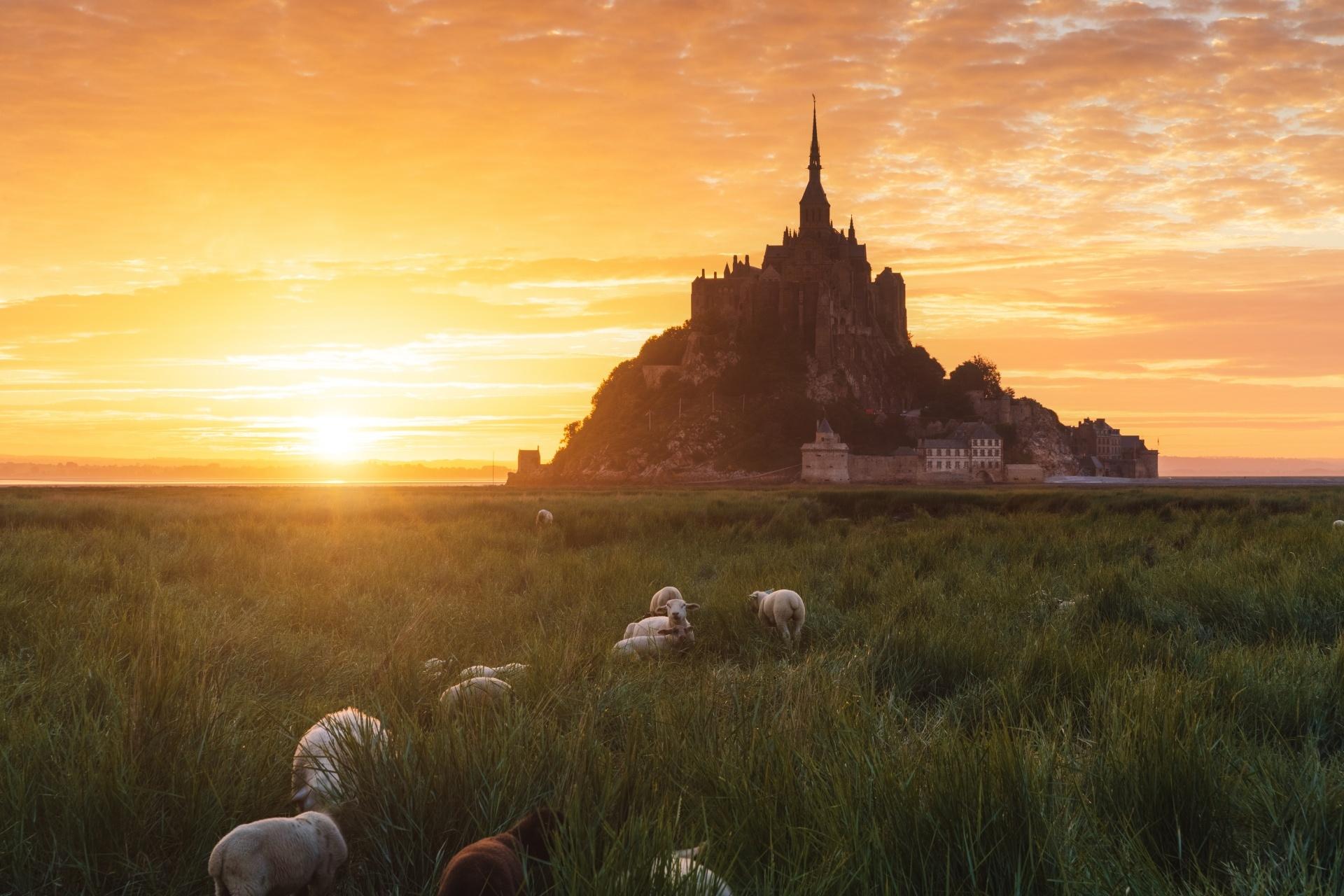 フランス モン・サン・ミッシェルの日の出の風景 フランスの風景