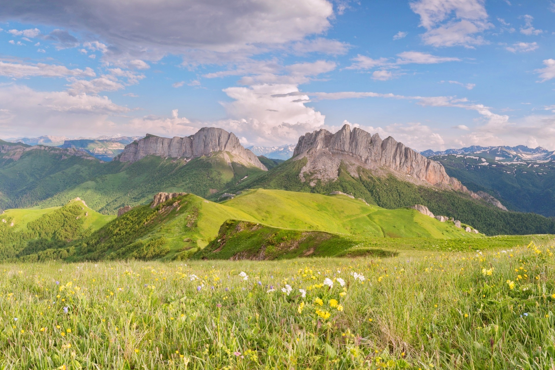 ボリショイ・タク山とコーカサス山脈の風景 ロシアの風景