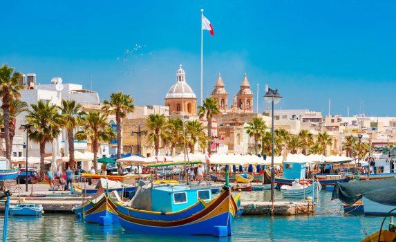 伝統的な地中海の漁港の町 マルサシュロックの風景 マルタの風景
