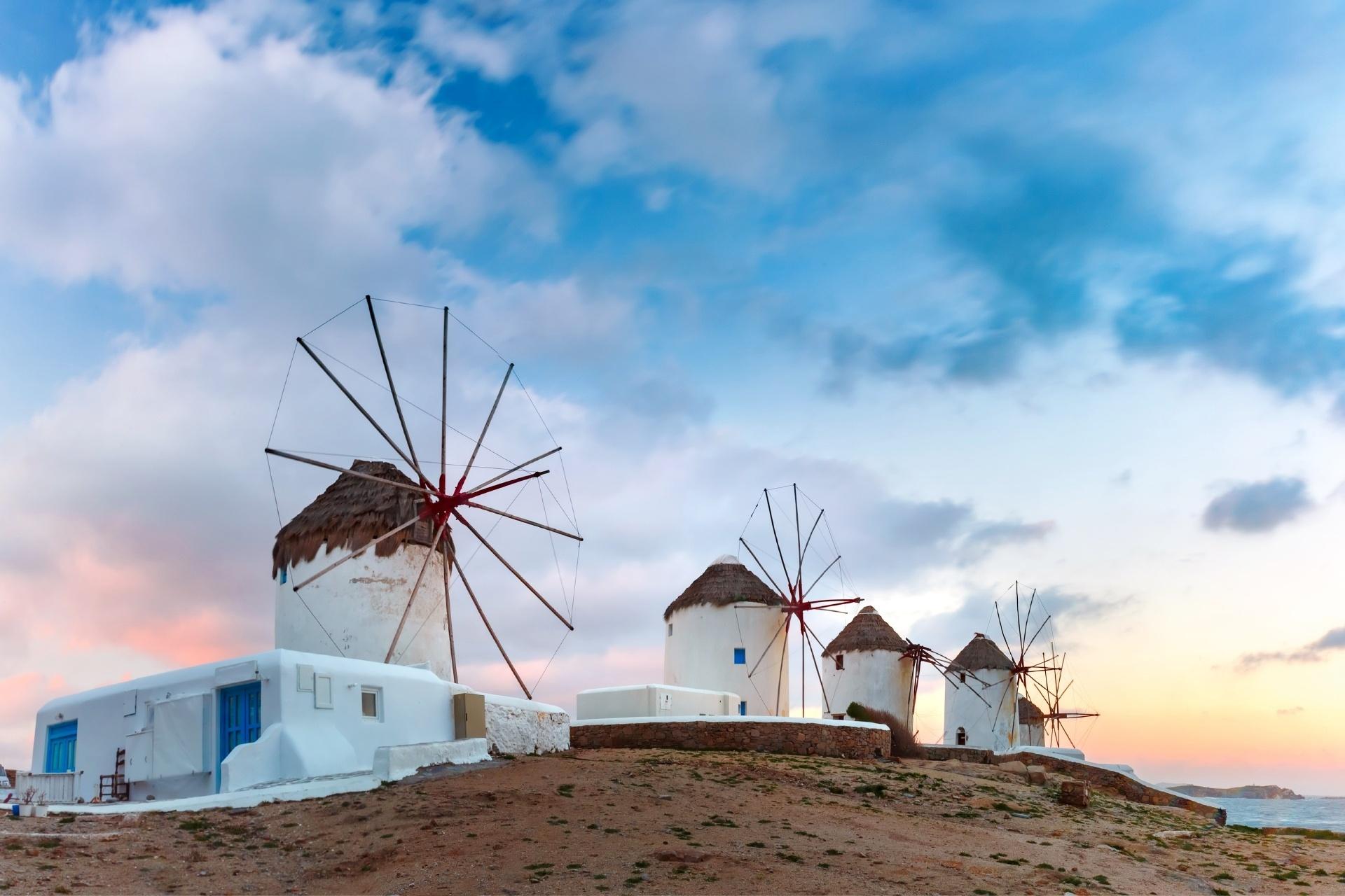 ミコノス島の伝統的な風車ある風景 「風の島」の日の出の風景 ギリシャの風景