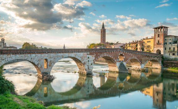 朝のピエトラ橋とヴェローナの町並み イタリアの風景