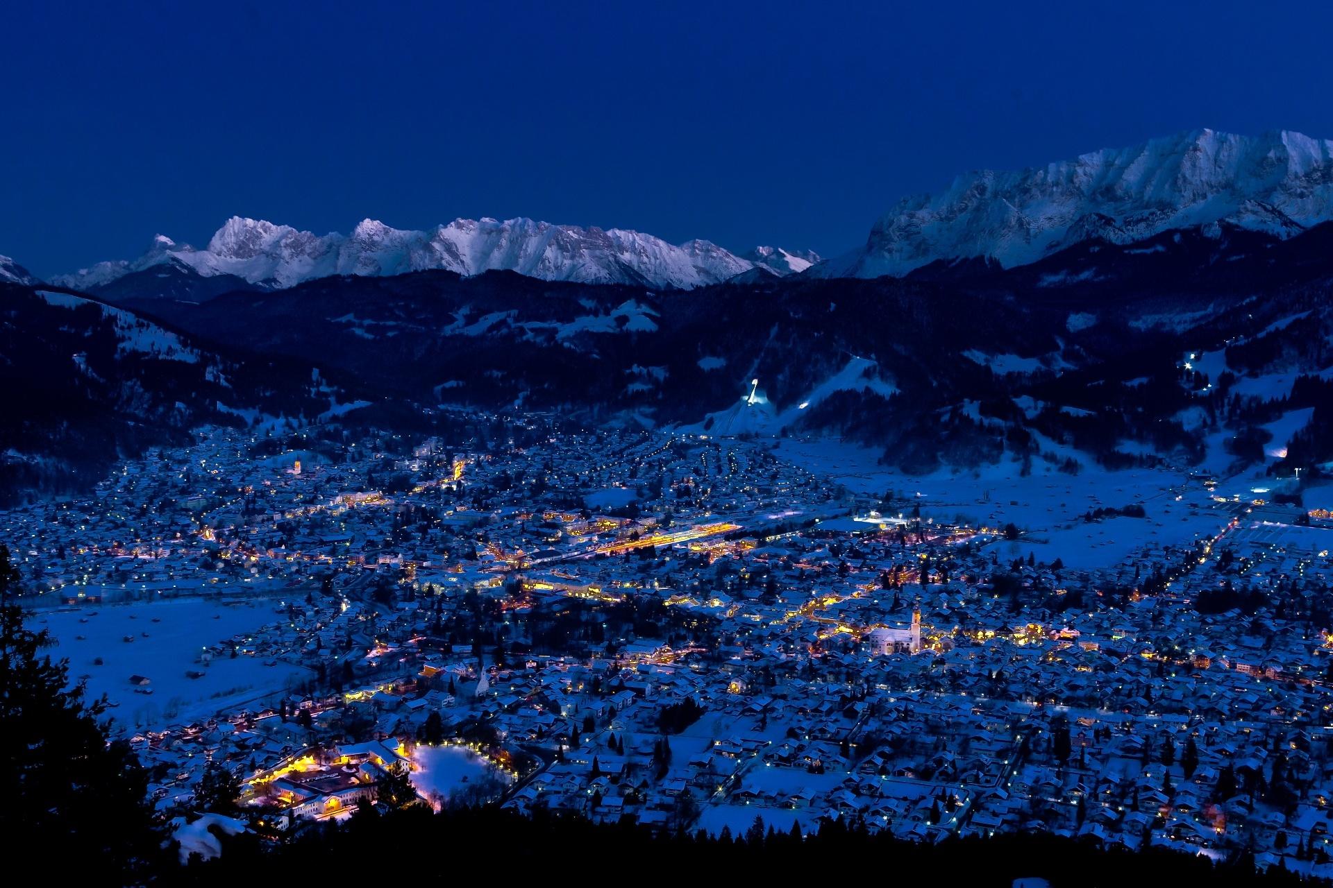 冬の夜のガルミッシュ=パルテンキルヒェンの風景 ドイツの風景