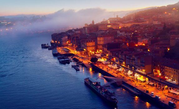 ポルトの旧市街とドウロ川の風景 ポルトガルの風景