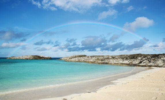 カリブの青い海とビーチと虹の風景 バハマの風景