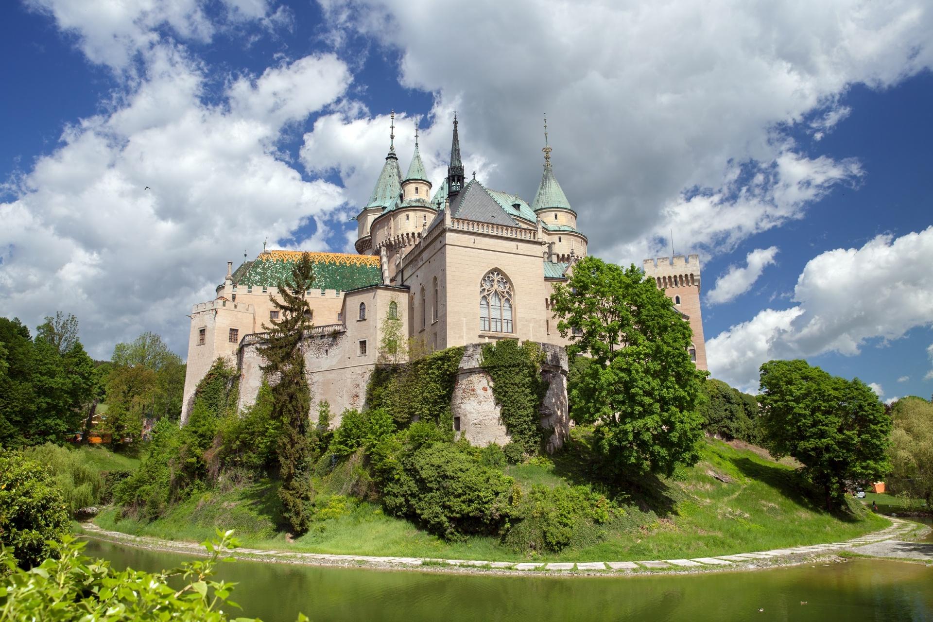 春の中世の城 ボイニツェ城 スロバキアの風景