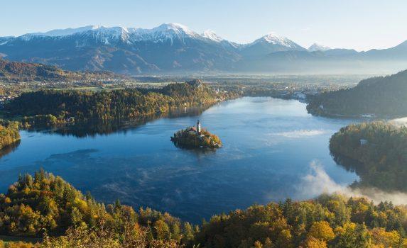 秋の朝のブレッド湖 スロベニアの風景