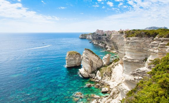 コルシカ島 崖の上に建てられたボニファシオの旧市街と地中海の風景 フランスの風景
