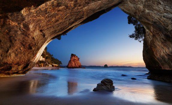 日の出のカセドラルコーブの風景 ニュージーランドの風景