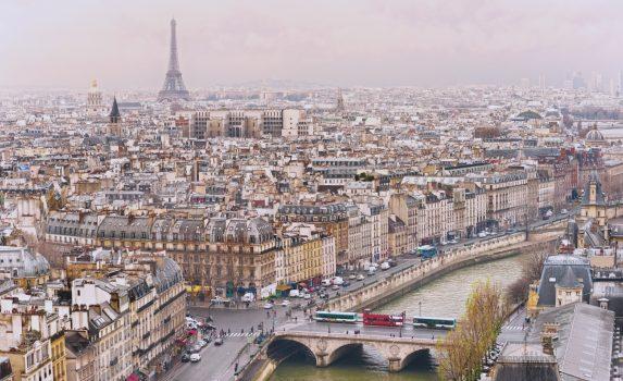 エッフェル塔とパリの町並み フランスの風景