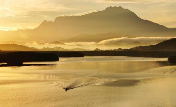 日の出のムンカボン川とキナバル山の風景 マレーシアの風景