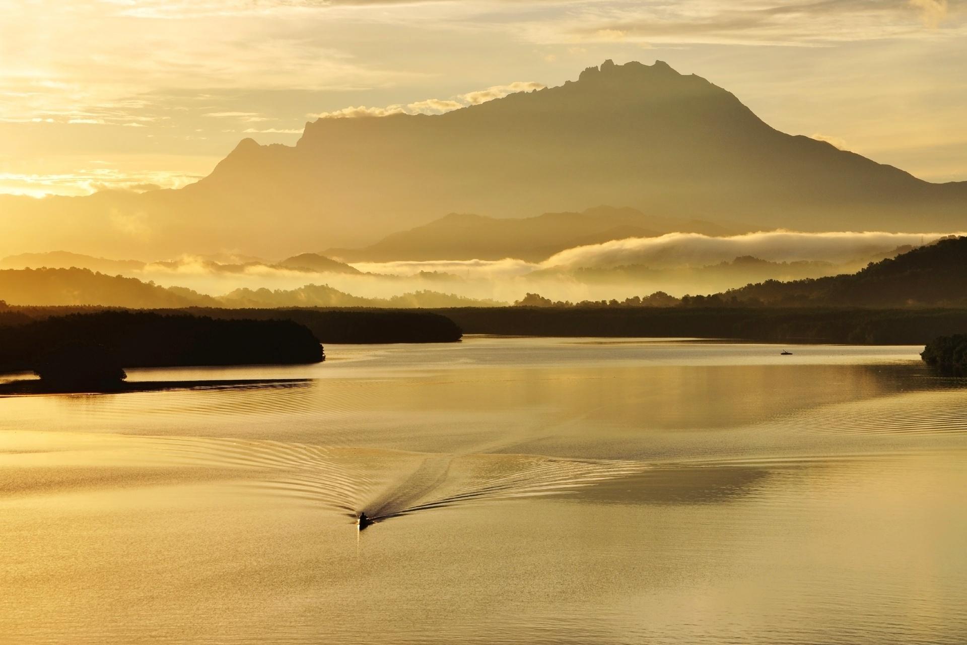 日の出のムンカボン川とキナバル山の風景