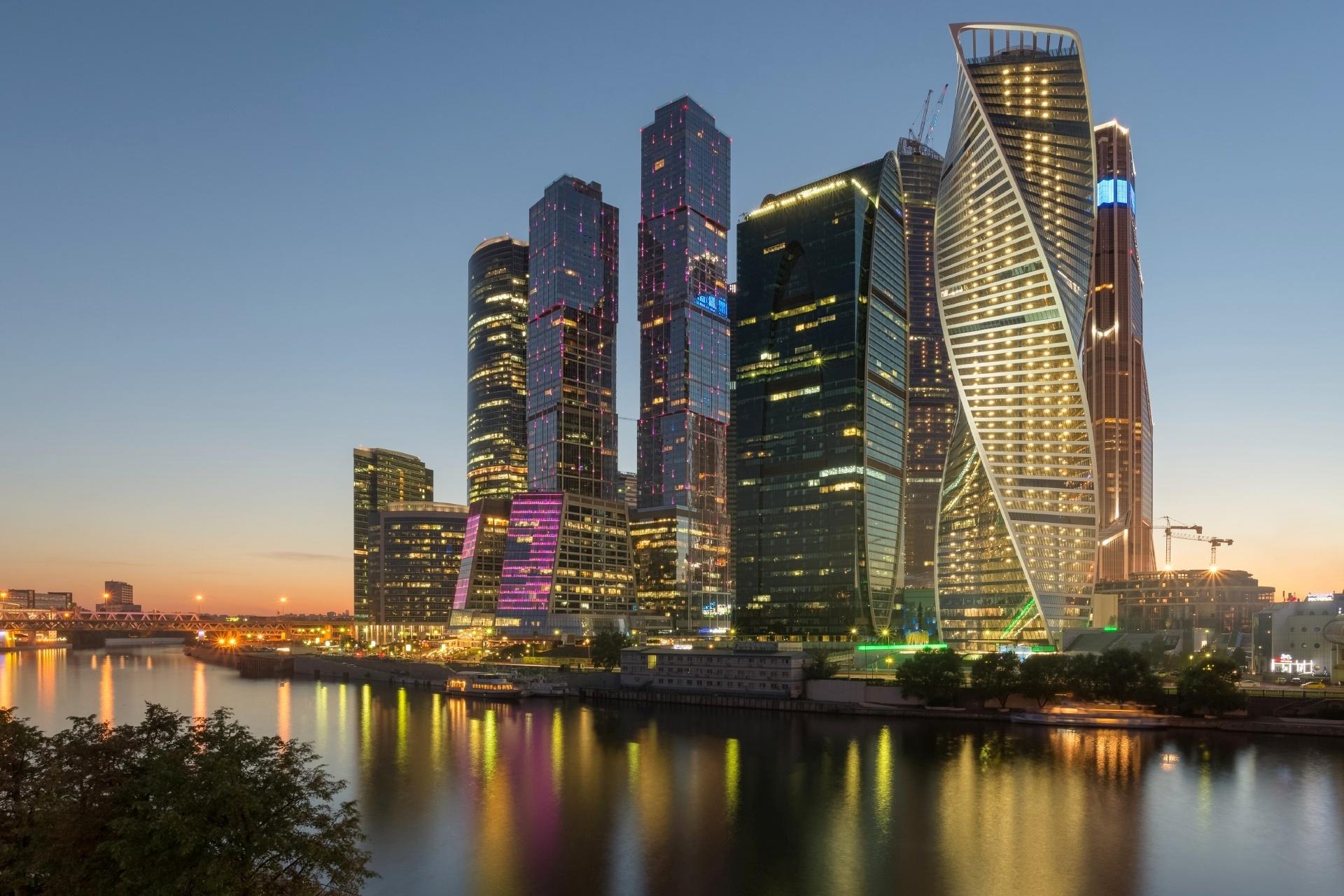 夕暮れのモスクワの高層ビル群とモスクワ川 ロシアの風景