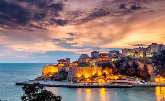 アドリア海とウルツィニ旧市街の要塞 モンテネグロの風景