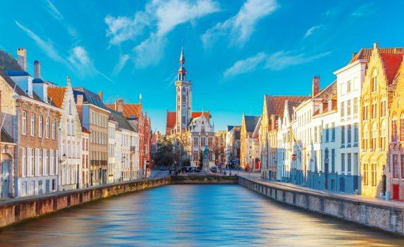 ブルージュ 朝の運河とヤン・ファン・エイク広場の風景 ベルギーの風景