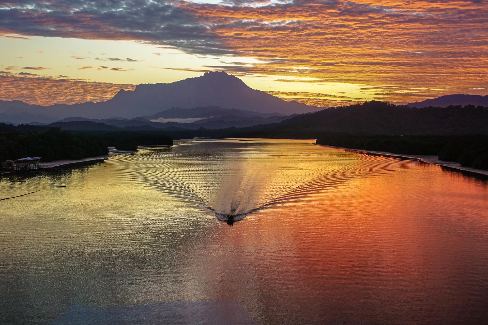 キナバル山と朝のムンカボン川の風景 マレーシアの風景