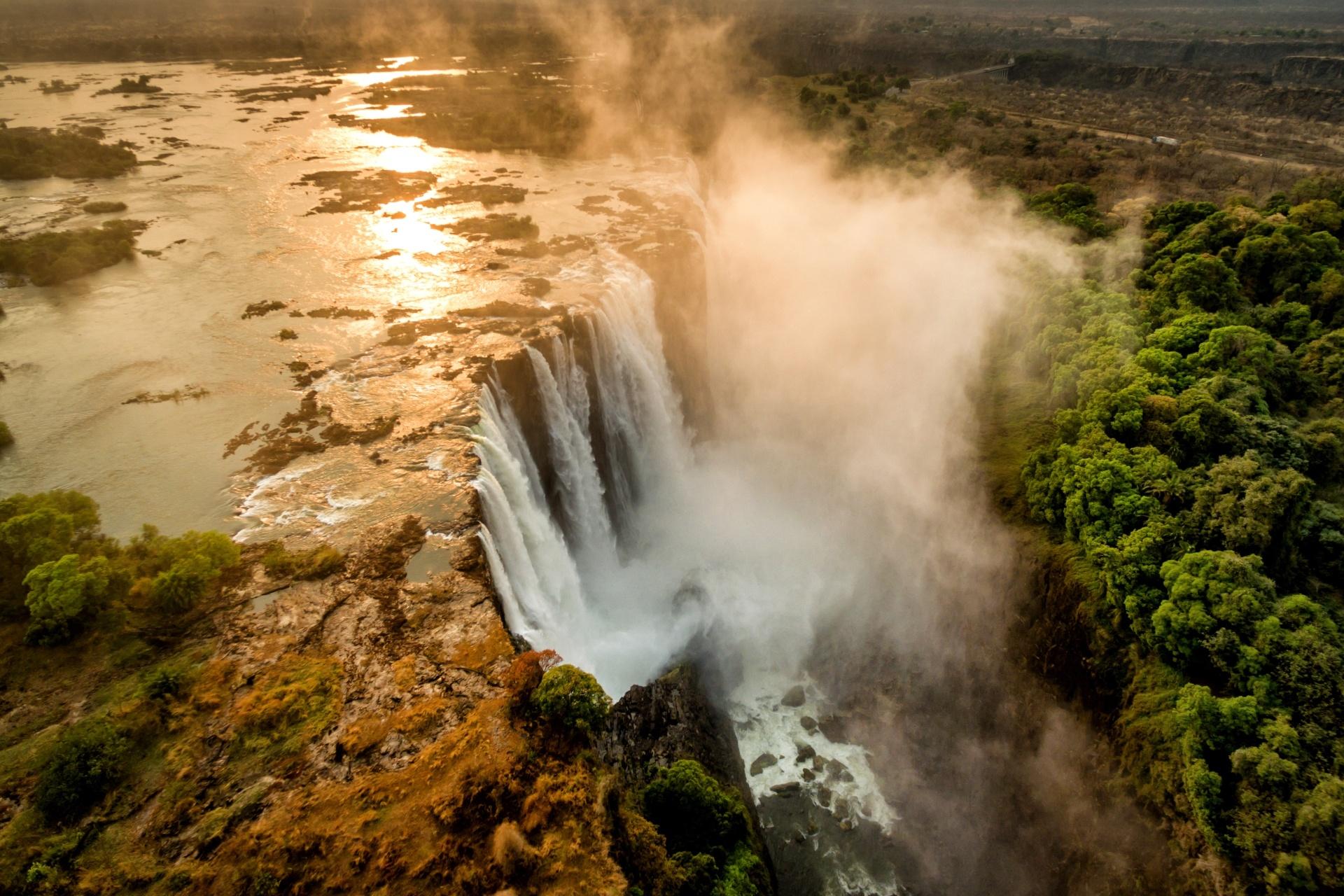 朝の光の中のビクトリア滝 アフリカの風景