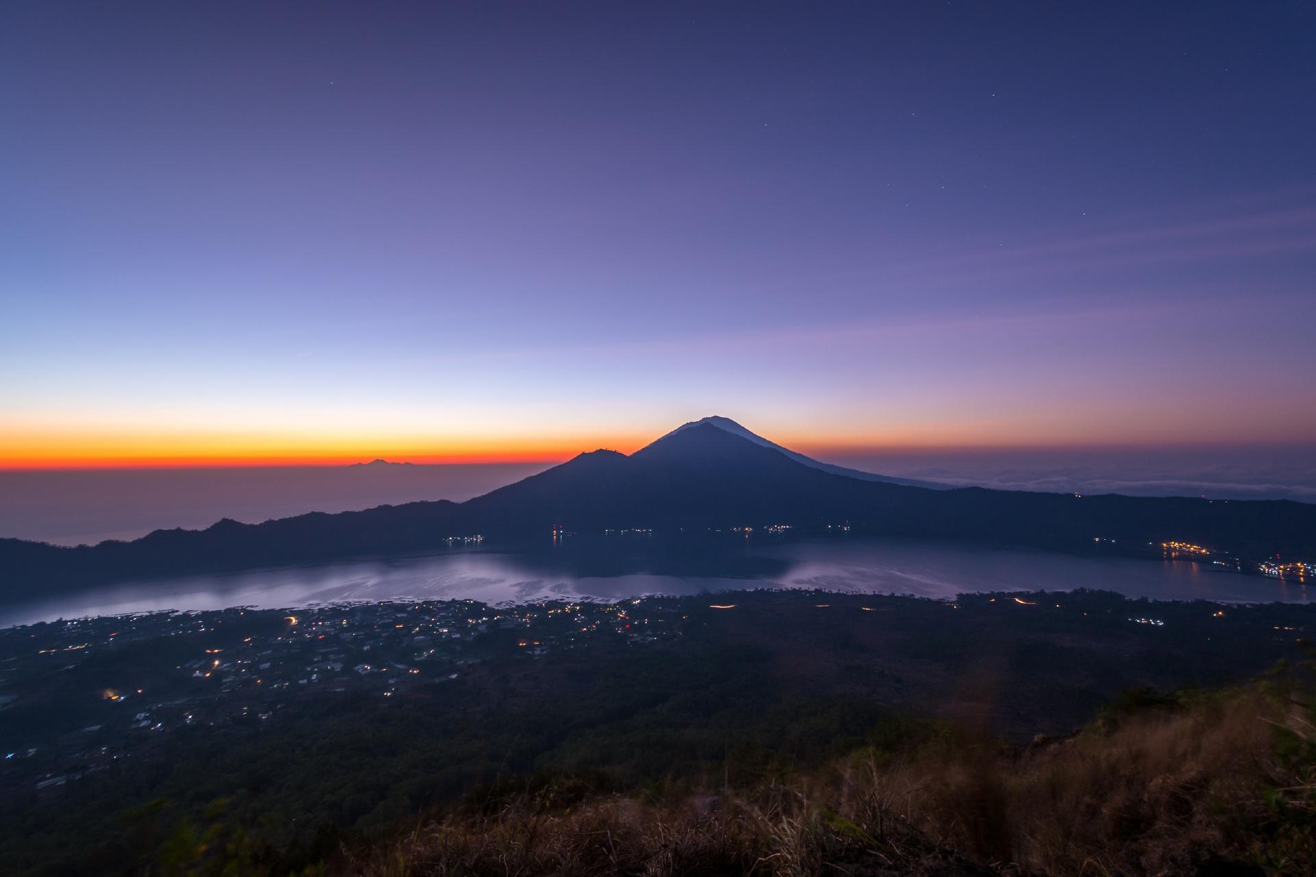 早朝のバトゥール山 インドネシアの風景