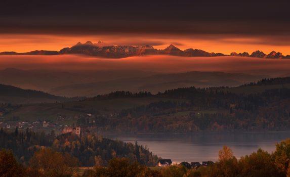ポーランド 朝焼けのタトラ山脈とチョルシュティンスキエ湖 秋のポーランドの風景