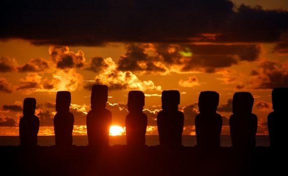 イースター島の風景 朝日を浴びるモアイ像