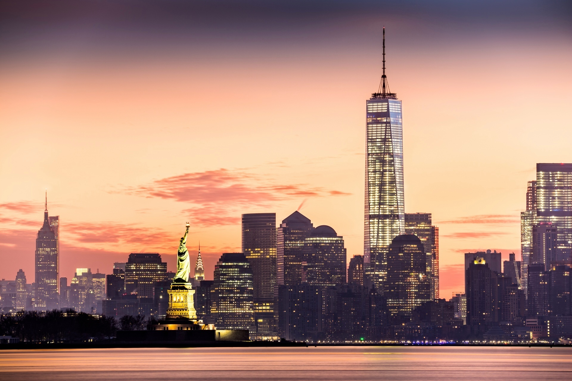 早朝のマンハッタン 自由の女神と1 ワールドトレードセンター