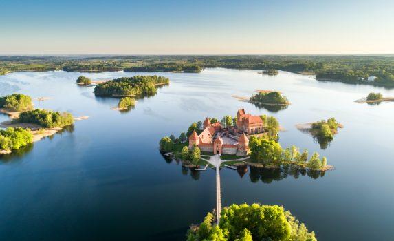 早朝のガルヴェ湖とトラカイ島城 リトアニアの風景