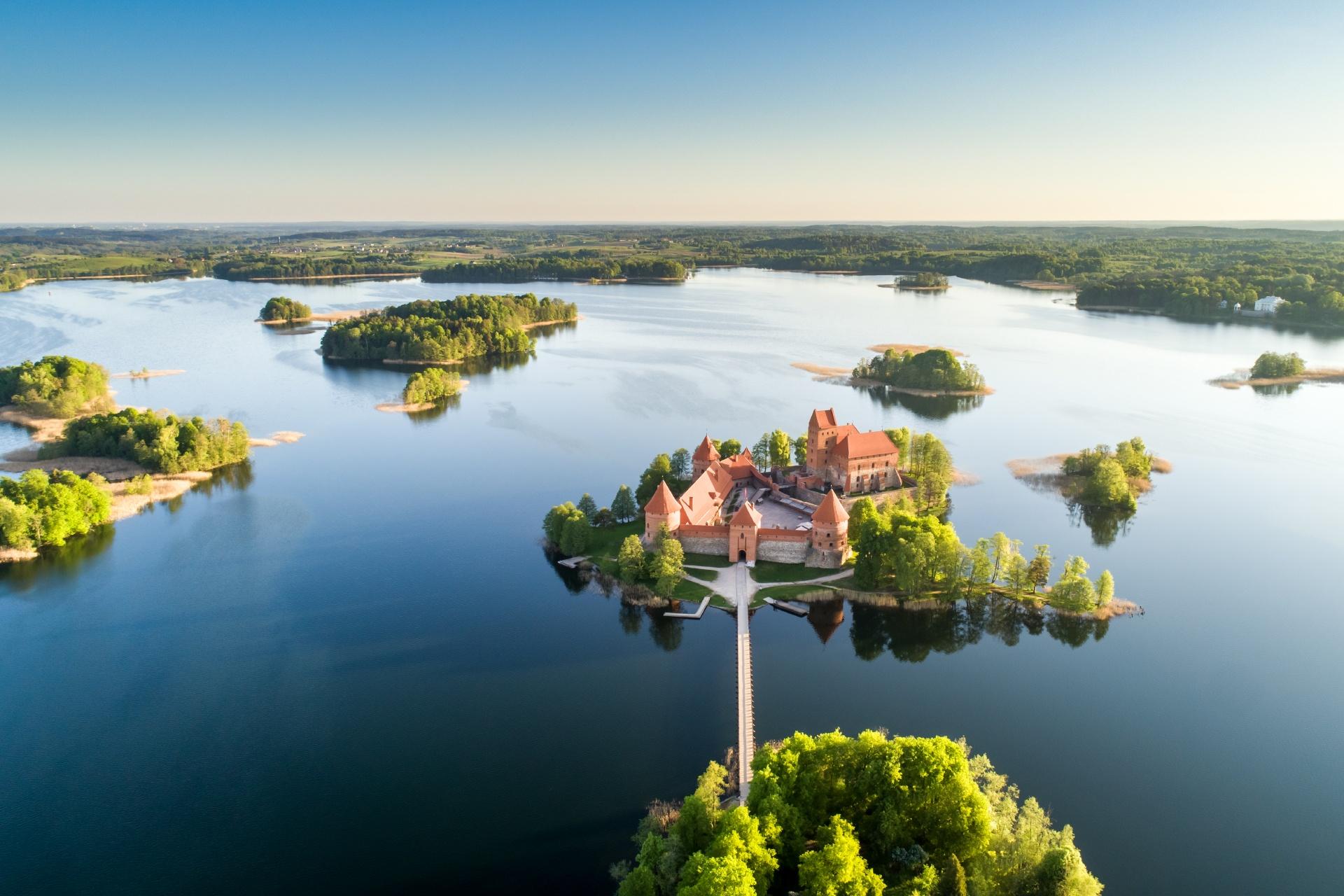 早朝のガルヴェ湖とトラカイ島城 リトアニア トラカイ