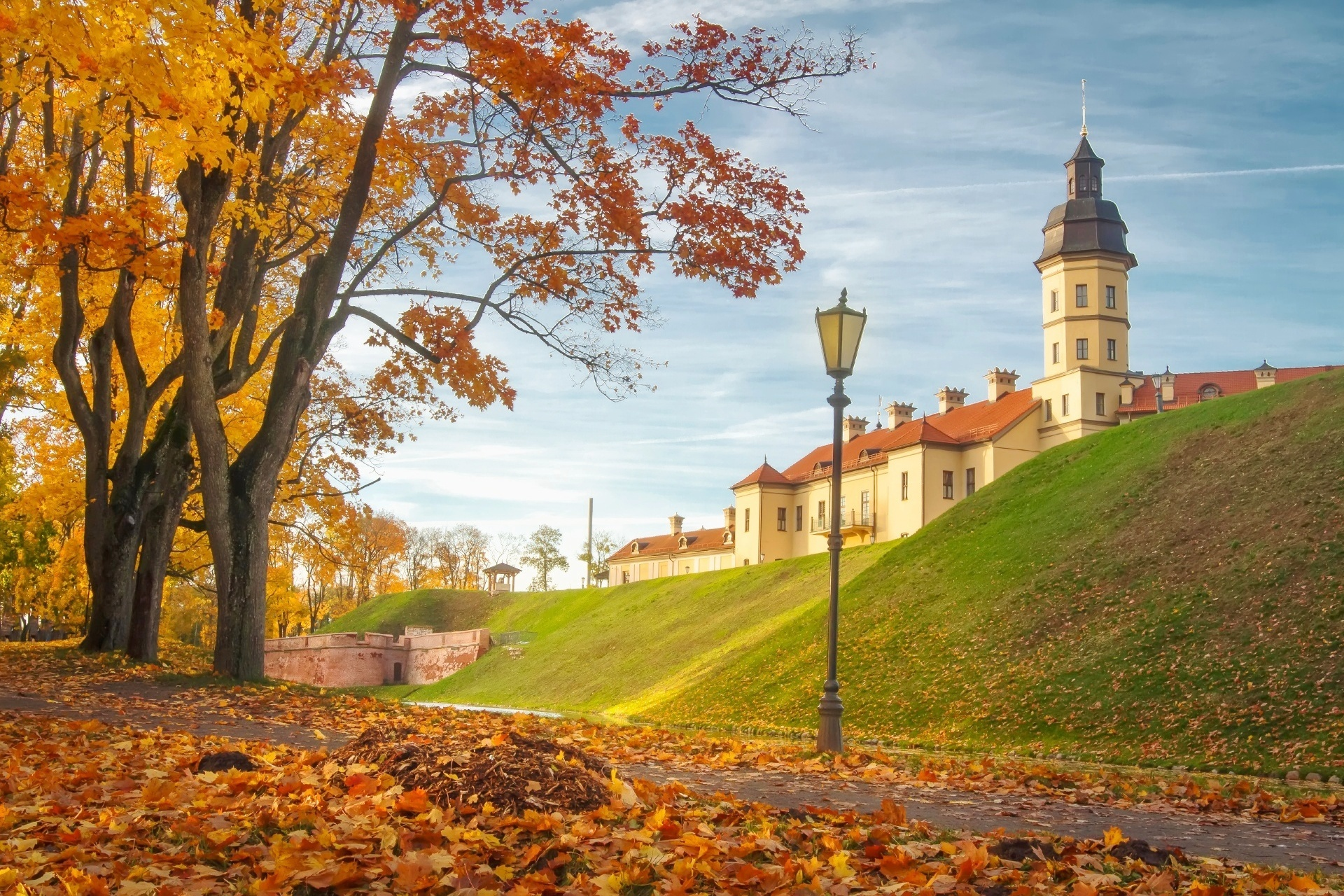 ネスヴィジ城と秋の夕暮れの風景 ベラルーシの風景