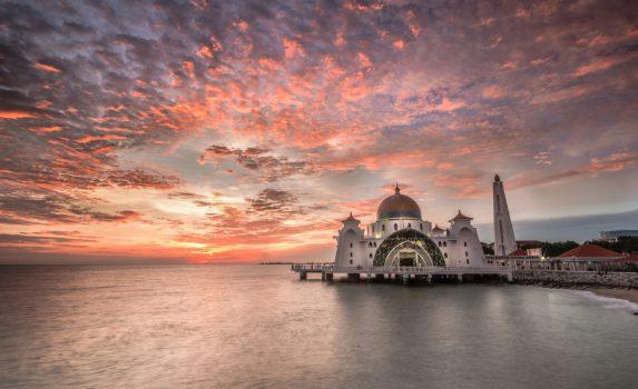マラッカ海峡 夕暮れのマラッカ・ストレイツ・モスク マレーシアの風景