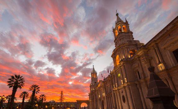 大聖堂と夕焼け アレキパの風景 ペルーの風景