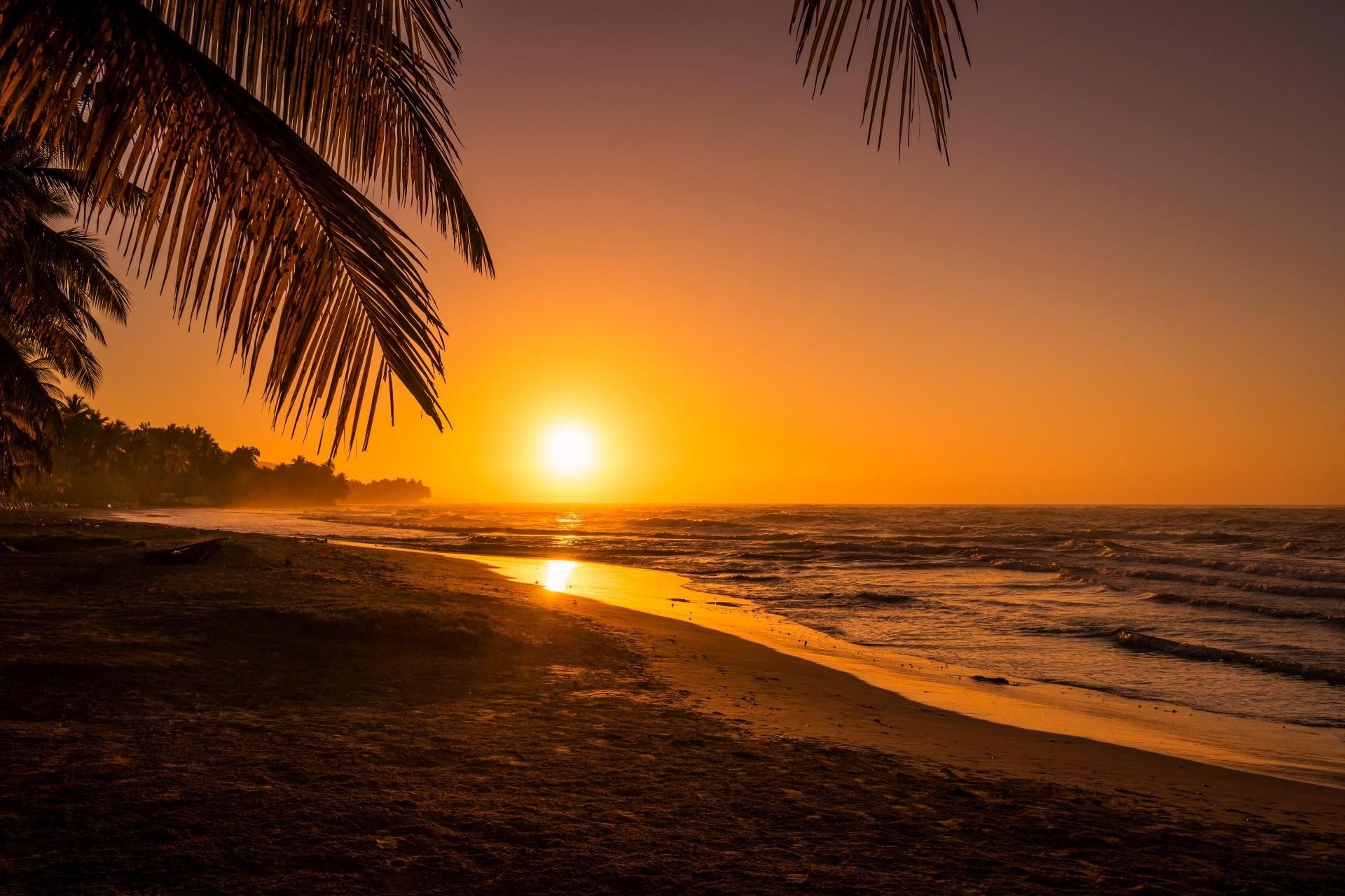 ハイチの朝の風景 ジャクメル・ビーチの日の出
