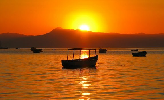 ケープ・マクレアから見るマラウイ湖と夕日 マラウイの風景