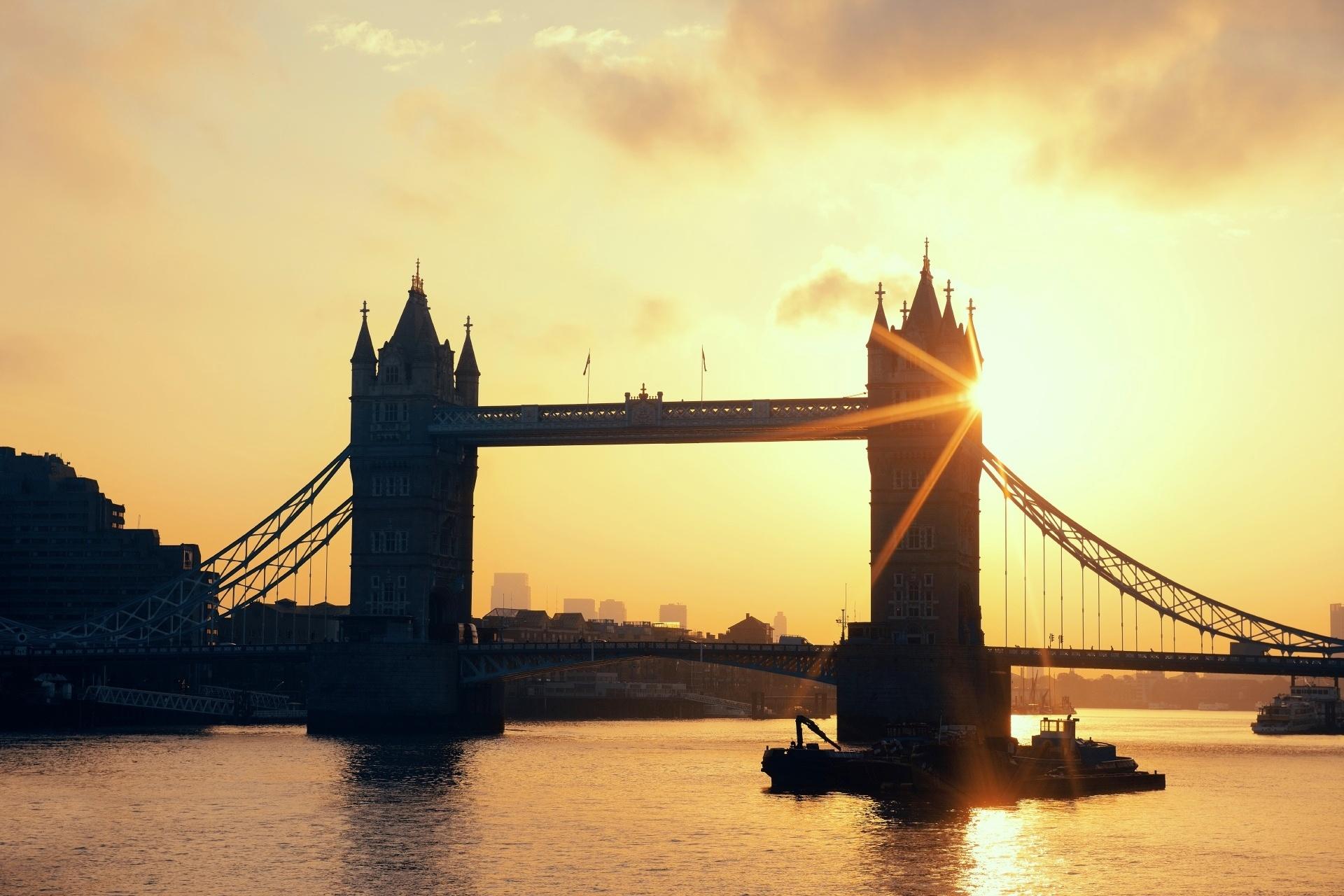 朝日に照らされるタワーブリッジとテムズ川 ロンドンの朝の風景 イギリスの風景