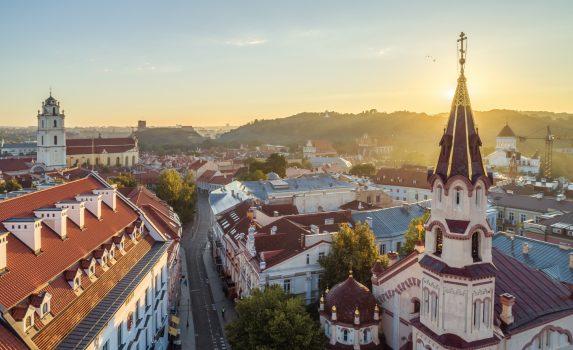 早朝のヴィリニュス旧市街と聖ニコラス正教会の眺め リトアニアの風景