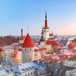 エストニア タリンの朝の風景 聖オレフ教会とタリンの町並み