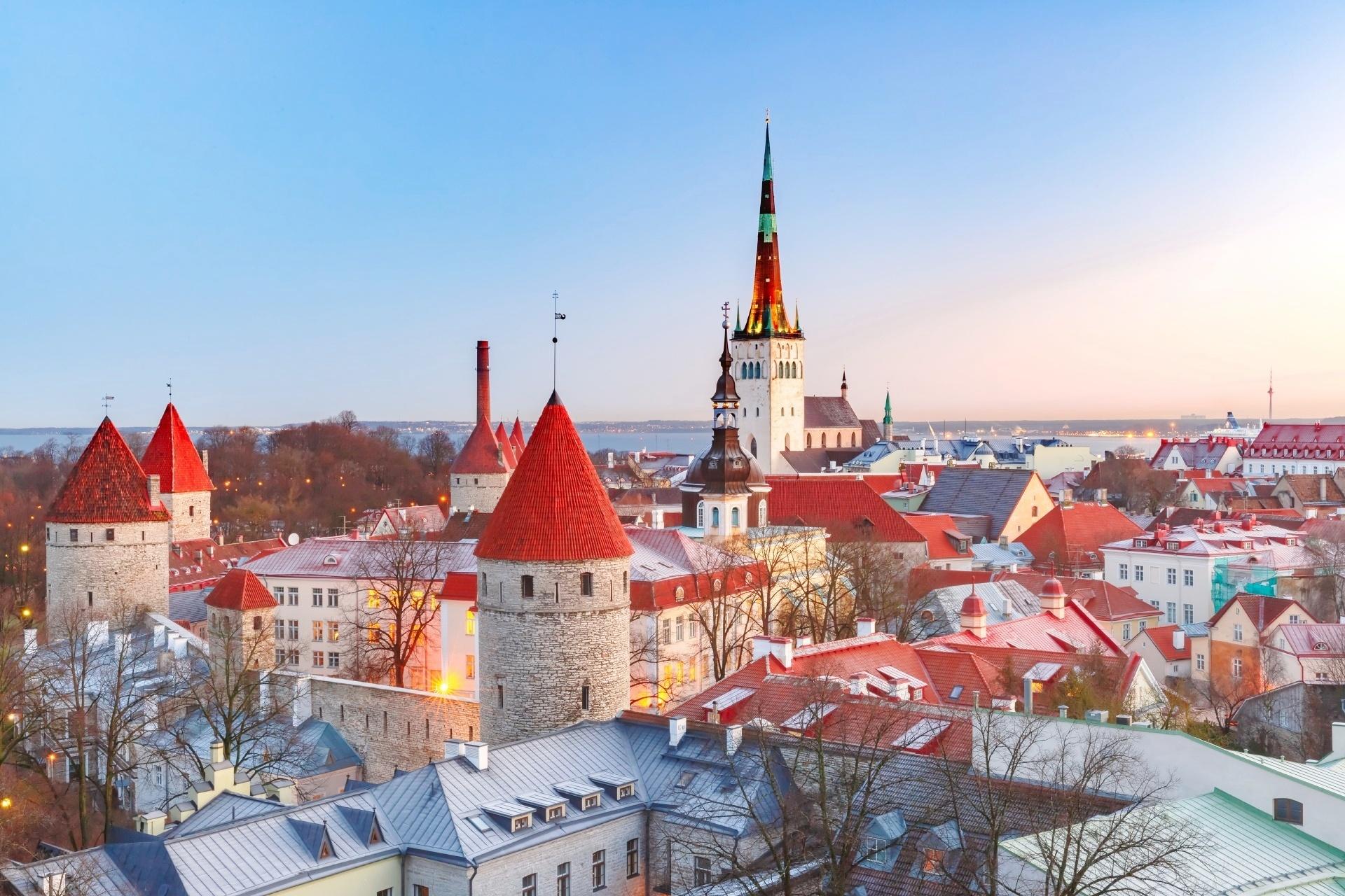 タリンの朝の風景 聖オレフ教会とタリンの町並み エストニアの風景