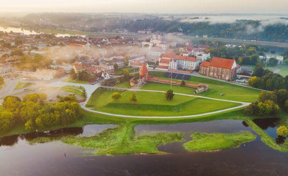 霧がかかる朝のカウナス旧市街の風景 リトアニアの秋の風景