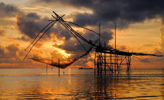 朝焼けの湖の風景 タイの風景