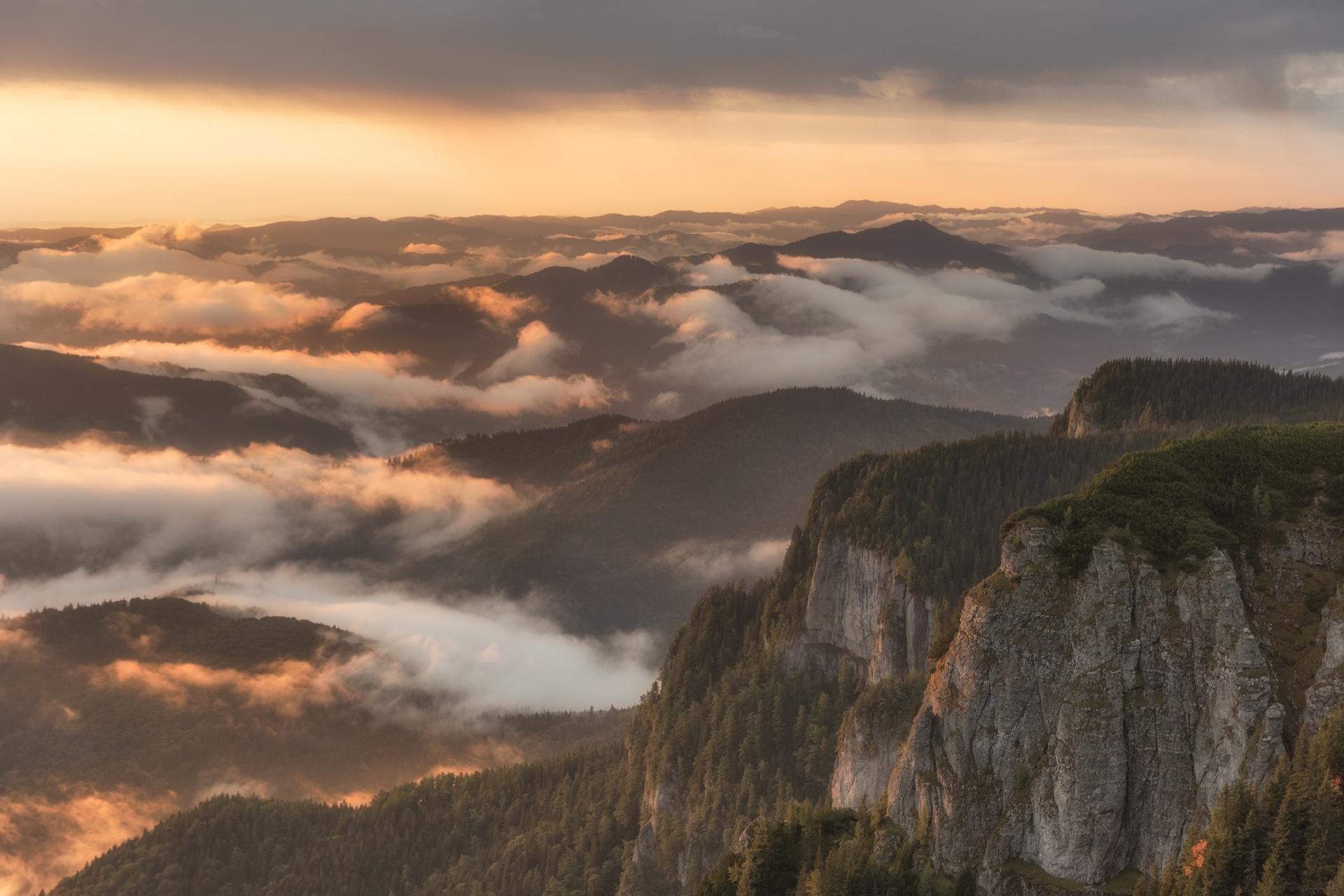 日の出のカルパティア山脈 朝霧のかかる山の風景 ルーマニアの風景