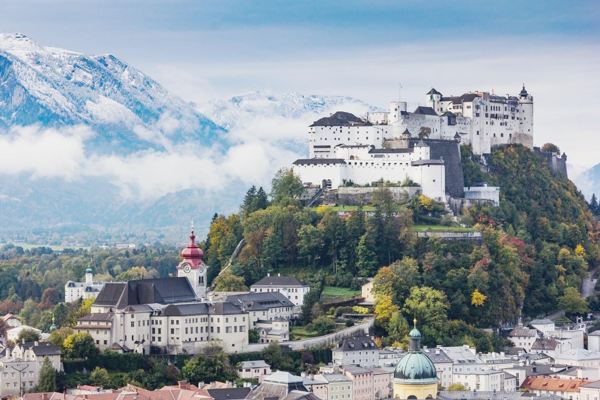 夏のザルツブルク ホーエンザルツブルク城とザルツァハ川とザルツブルクの町並み  オーストリアの風景