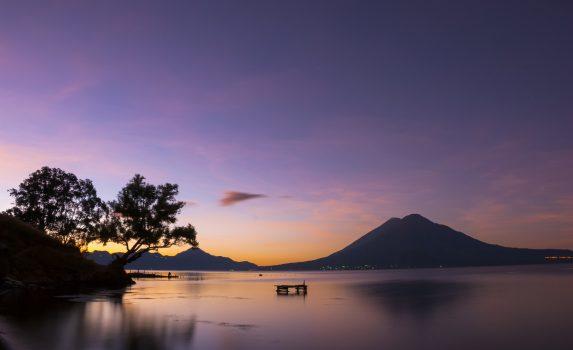 世界一美しい湖「アティトラン湖」の夜明けの風景 グアテマラの風景