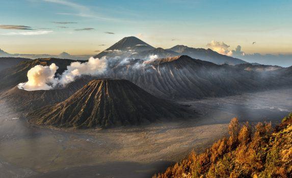 朝のブロモ山とスメル山 インドネシアの風景