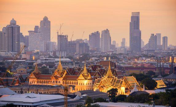 朝の王宮とバンコクの町並み タイの風景