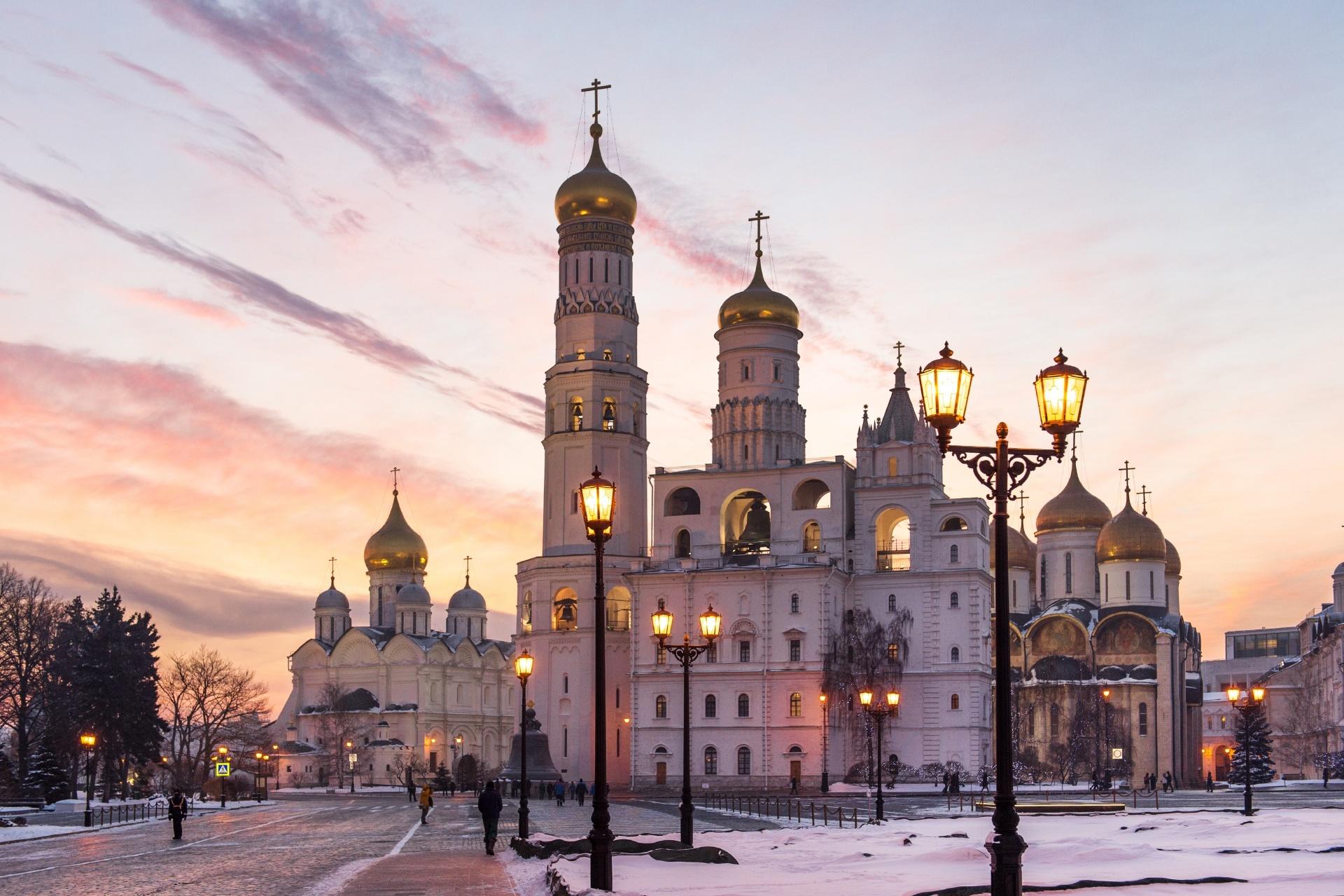 モスクワの冬の夕暮れの風景 イヴァン大帝の鐘楼とクレムリンの大聖堂