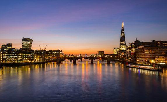 ロンドンの街並み 日の出のテムズ川と建物 ロンドンの風景 イギリスの風景