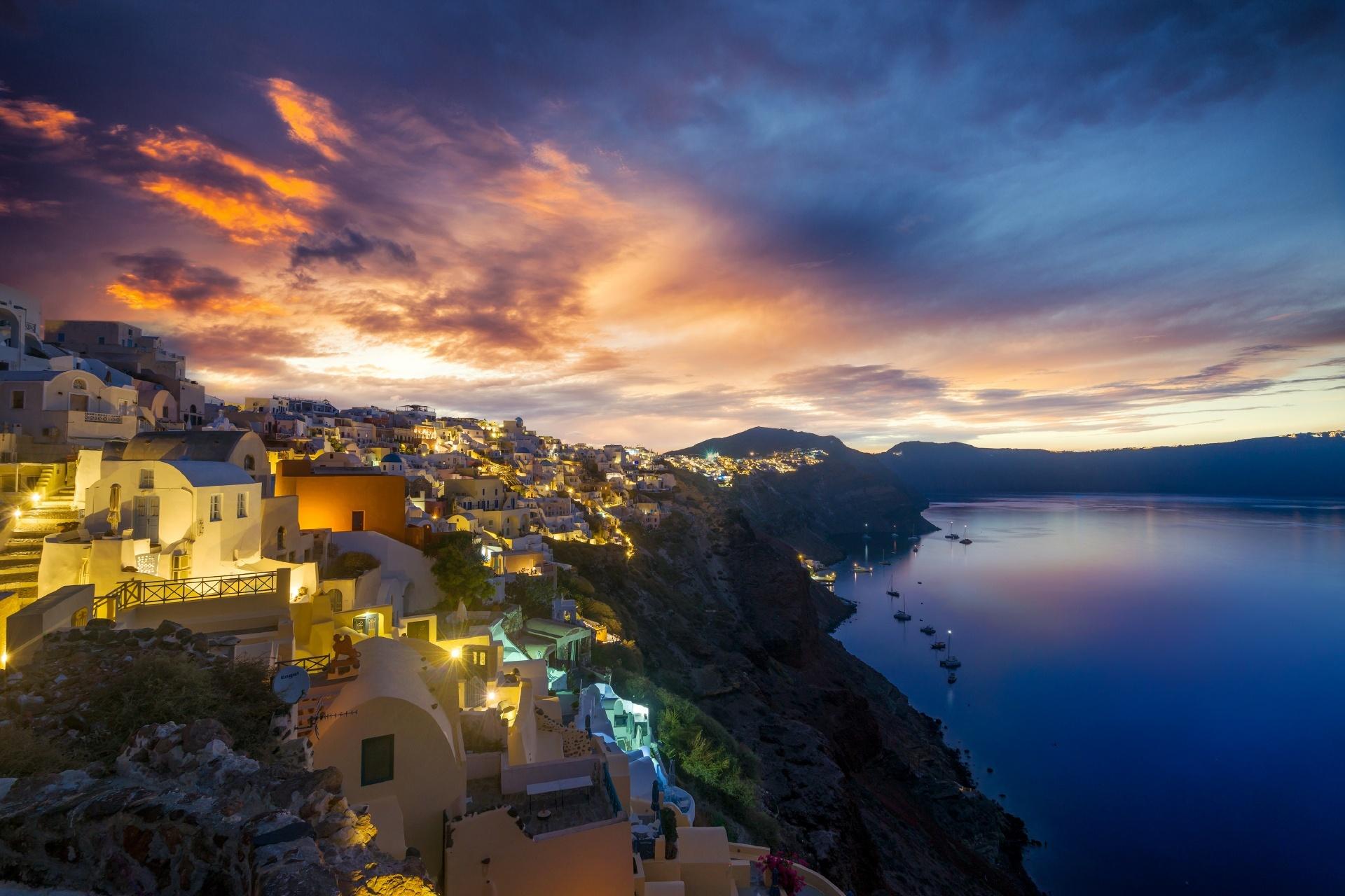 ギリシャ サントリーニ島 日の出を待つイアの旧市街の風景