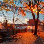 ビリニュス旧市街 晩秋の夕暮れ時の公園の風景