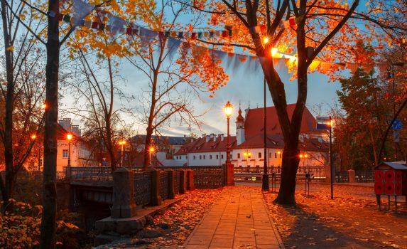 ヴィリニュス旧市街 晩秋の夕暮れ時の公園の風景 リトアニアの風景