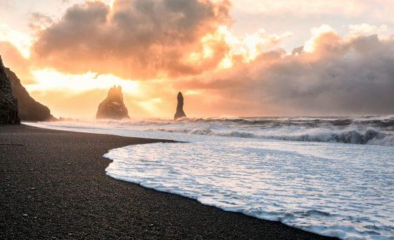 日の出のレイニスフィヤラ 「ブラックサンドビーチ」 アイスランドの風景