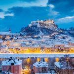 ホーエンザルツブルク城とザルツァハ川 クリスマスの時期のザルツブルクの町並み オーストリアの風景