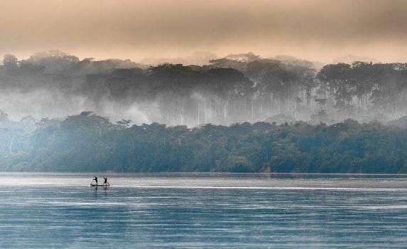 サンガ川にかかる朝霧 コンゴの風景